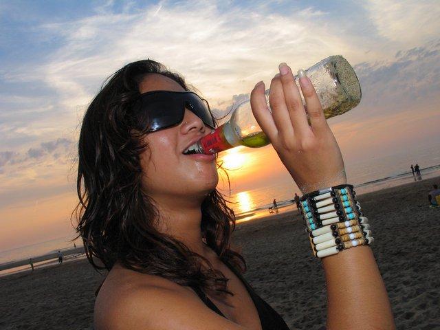 Žena s lahví alkoholu
