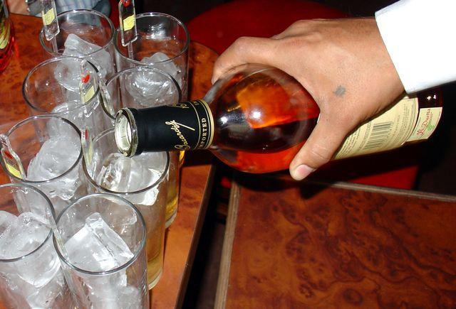 Číšník servírující rum (1)
