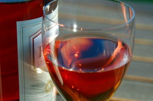 Lahev a sklenice vína