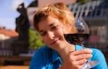 Žena se sklenicí vína