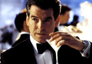 James Bond (v podání Pierce Brosnana) s vodkou s martini