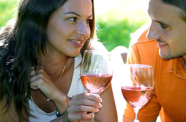 Žena a muž s vínem