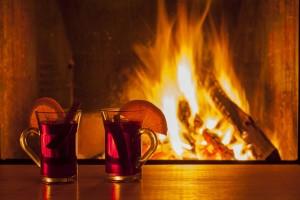 Horký nápoj u krbu