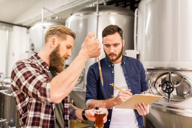 Muži s pivem